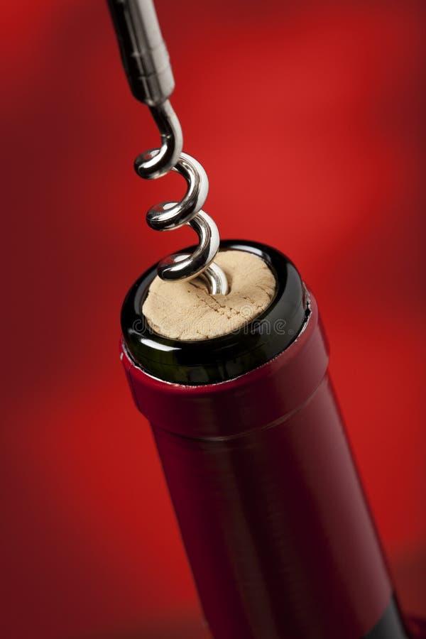 拉红葡萄酒的瓶黄柏 免版税库存图片