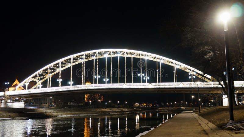 拉约什桥梁在晚上杰尔匈牙利 免版税库存图片