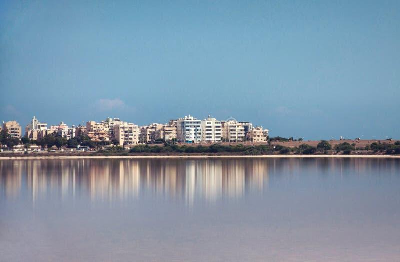 拉纳卡,对城市的看法从盐湖 库存图片
