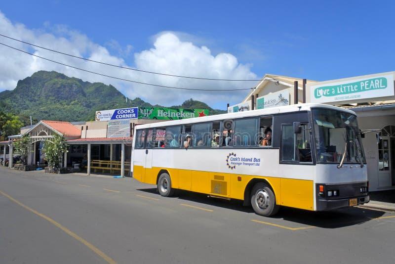 拉罗通加和顺时针方向反顺时针公共汽车在Avarua库克岛 库存图片