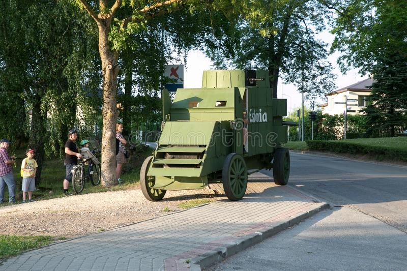 拉脱维亚共和国,塞西斯市。波罗的海国家重建战斗世纪。装甲车和人民。22.06.2019。拉脱维亚共和 库存图片