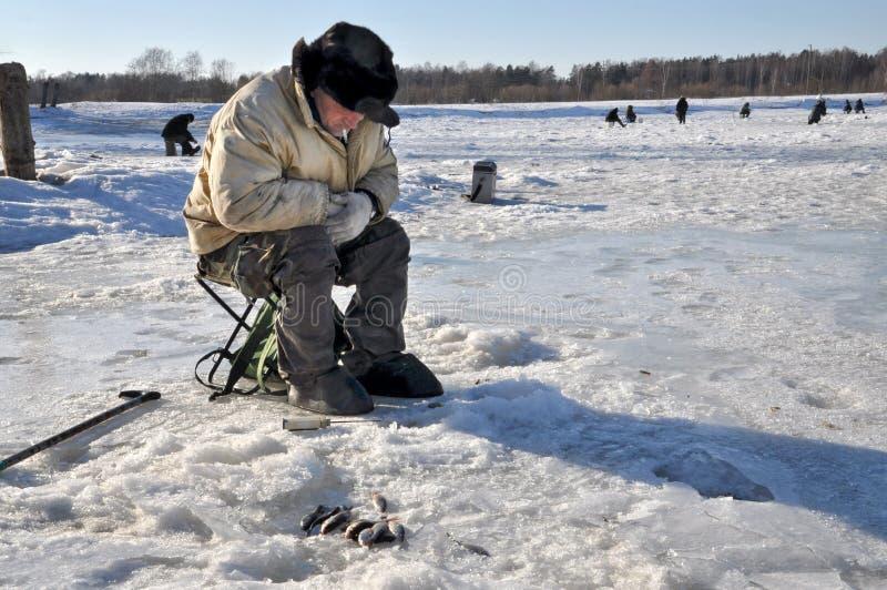 拉脱维亚耶尔加瓦- 2011å¹´3月9日:冰河上的鱼是未知的。拉脱维亚耶尔加瓦- 2011å¹´3月9日:冰河上的 库存照片