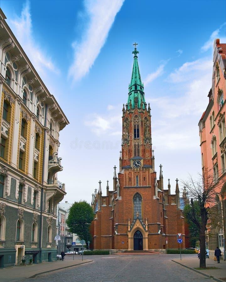 拉脱维亚里加, Gertrudes教会,与蓝天的老市中心 清早光的沈默镇 旅行照片 库存照片