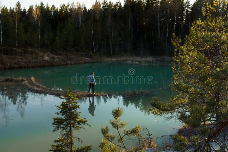 拉脱维亚- Meditirenian在波罗的海国家- Lackroga ezers的样式的美丽的绿松石湖颜色 免版税库存照片