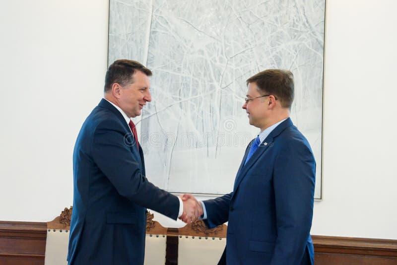 拉脱维亚Raimonds Vejonis会谈的总统与欧盟执委会瓦尔迪斯・东布罗夫斯基斯的副总统的 免版税库存照片