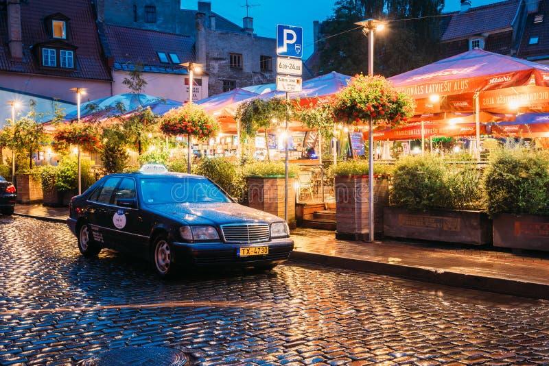 拉脱维亚里加 出租汽车汽车奔驰车W140近等待客户打开 免版税图库摄影