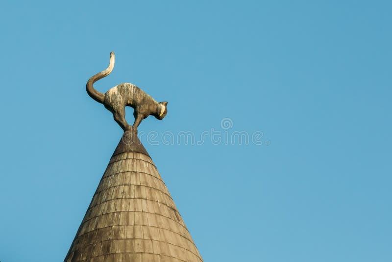 拉脱维亚里加 在塔楼猫议院逐渐变得尖细屋顶的接近的恶意嘘声雕塑, 免版税图库摄影
