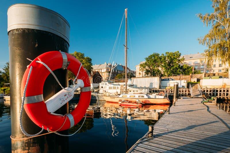 拉脱维亚里加 垂悬在波兰人的Lifebuoy在城市码头港口附近 免版税图库摄影