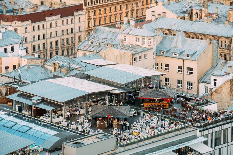 拉脱维亚里加 屋顶酒吧咖啡馆大阳台里加顶视图在夏天 免版税库存照片