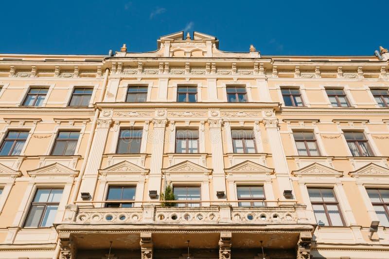 拉脱维亚里加 老古典大厦主要门面底视图  免版税图库摄影
