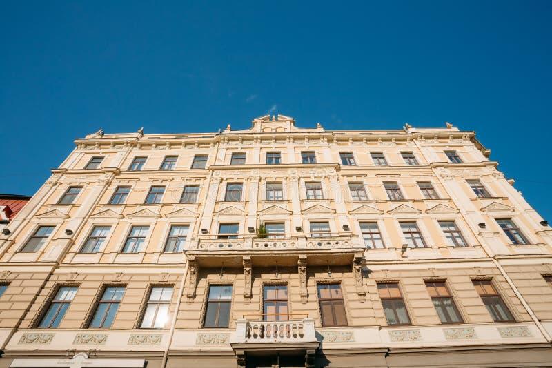 拉脱维亚里加 老古典大厦主要门面底视图  免版税库存照片