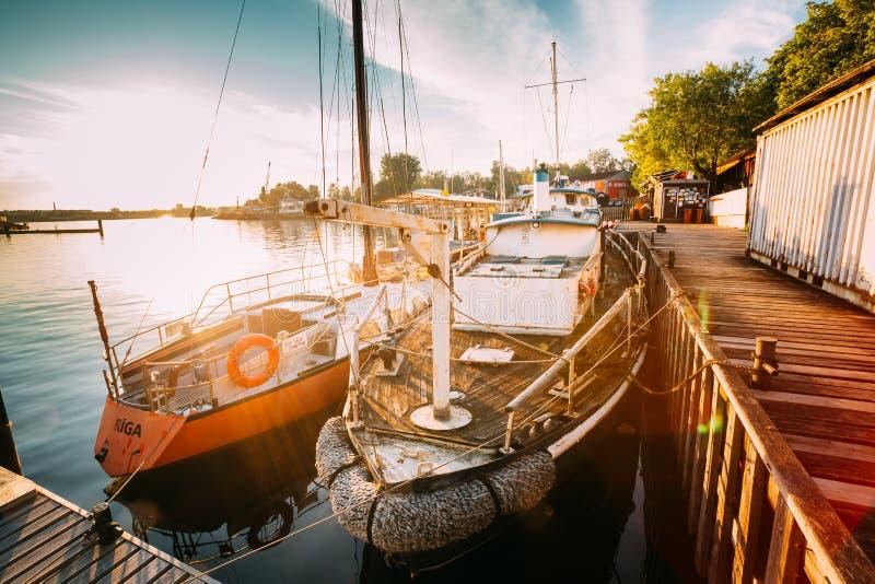 拉脱维亚里加 老小船和游艇被停泊在城市码头港口 免版税库存照片