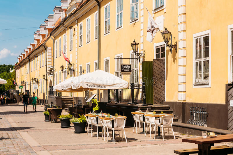 拉脱维亚里加 街道咖啡馆餐馆在门面下的老镇 免版税库存照片