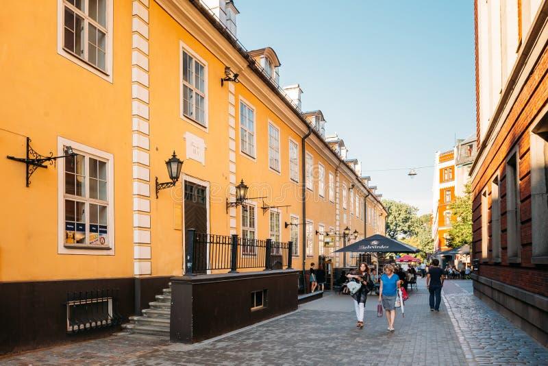 拉脱维亚里加 走在Torna街上的人们在老建筑附近 库存图片