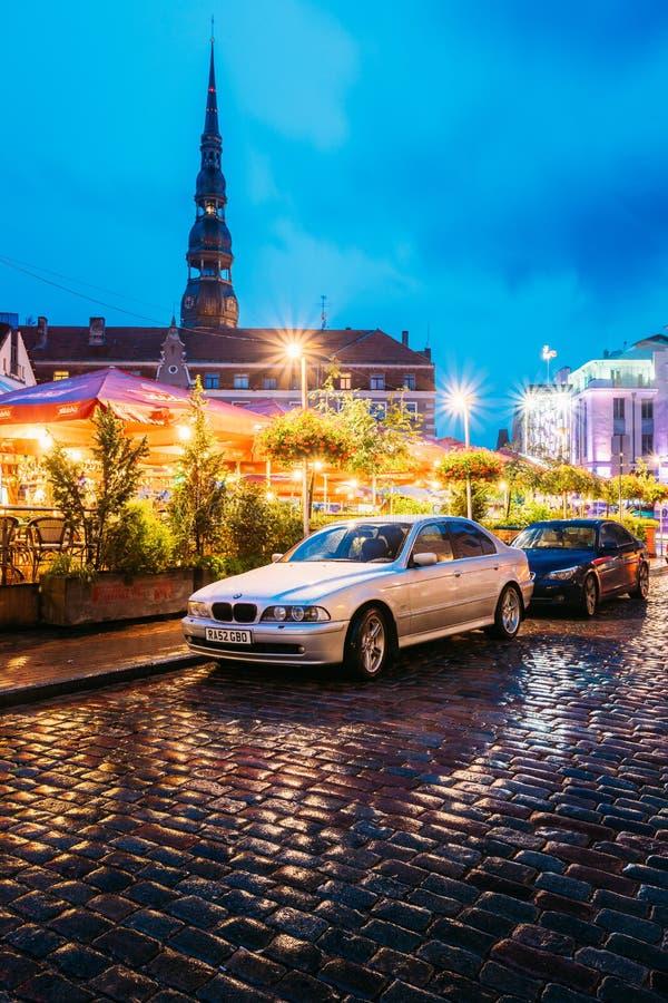 拉脱维亚里加 轿车汽车停放在露天L附近的BMW 5系列E39 免版税库存照片