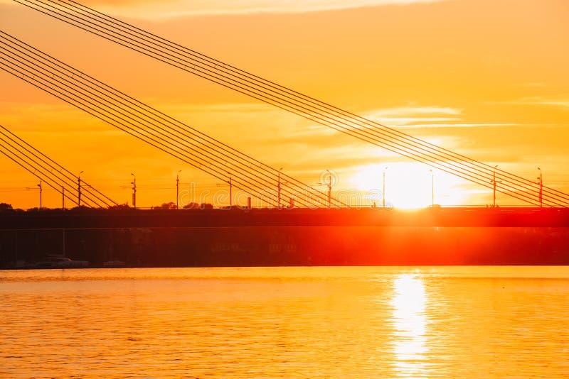 拉脱维亚里加 Vansu缆绳停留了在道加瓦河的桥梁, 图库摄影