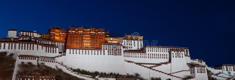 拉萨晚上宫殿potala西藏视图 免版税图库摄影