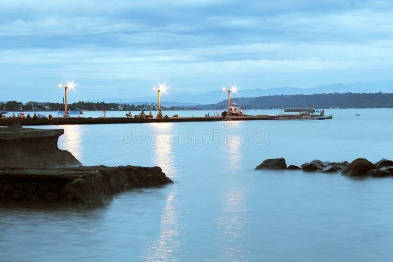 从拉蒙・麦格塞塞公园的沿海看法在达沃市菲律宾 免版税库存图片
