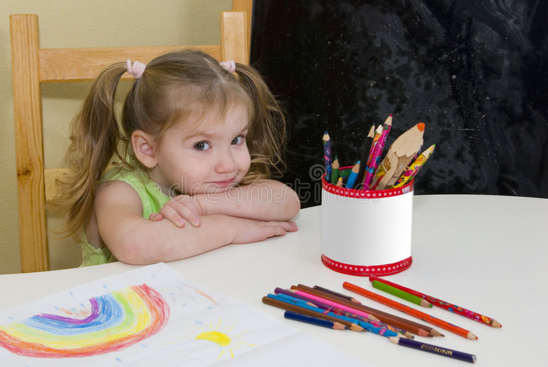 拉长的女孩有俏丽的彩虹 免版税库存照片