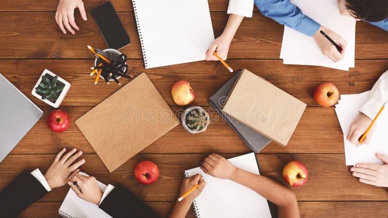 拉长的现有量查出的课程学校向量白色 画和做家庭作业的孩子 免版税库存照片
