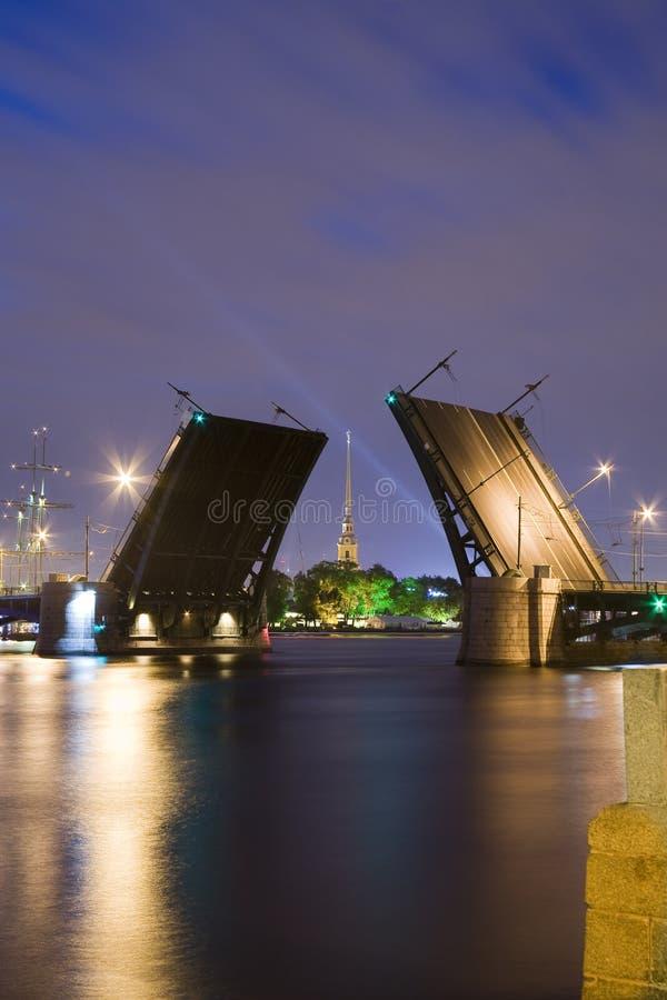 拉长的Birzhevoy桥梁在圣彼得堡 免版税库存照片