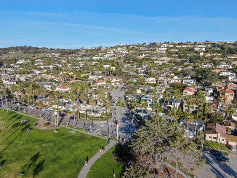 拉霍亚小的海岸线城市鸟瞰图有好的美丽的富裕的别墅的与游泳场 免版税库存照片