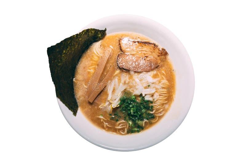 拉面猪肉骨头汤Tonkotsu拉面被隔绝的顶视图用Chashu猪肉、薤、新芽、葱、Menma和干海草 库存图片