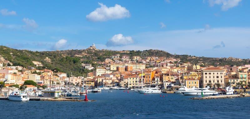 拉马达莱纳吨海边视图在Caprera,撒丁岛,意大利马达莱纳半岛海岛上的  免版税库存图片