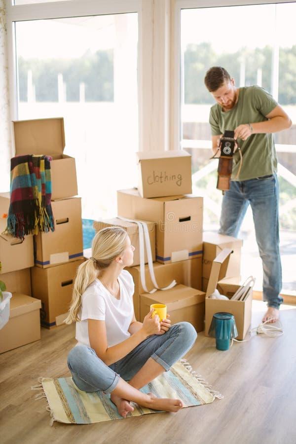拍一张照片的夫妇在新的家 免版税库存图片