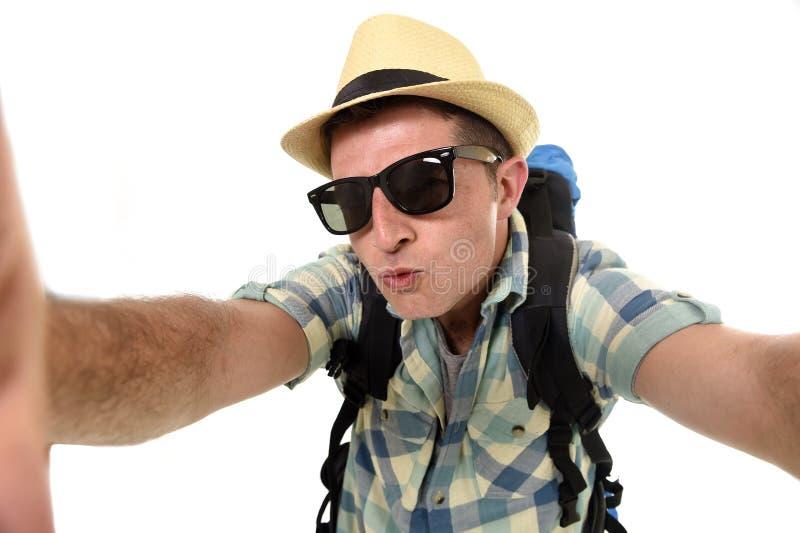 拍与手机或照相机的年轻可爱的人或背包徒步旅行者学生selfie照片 库存照片