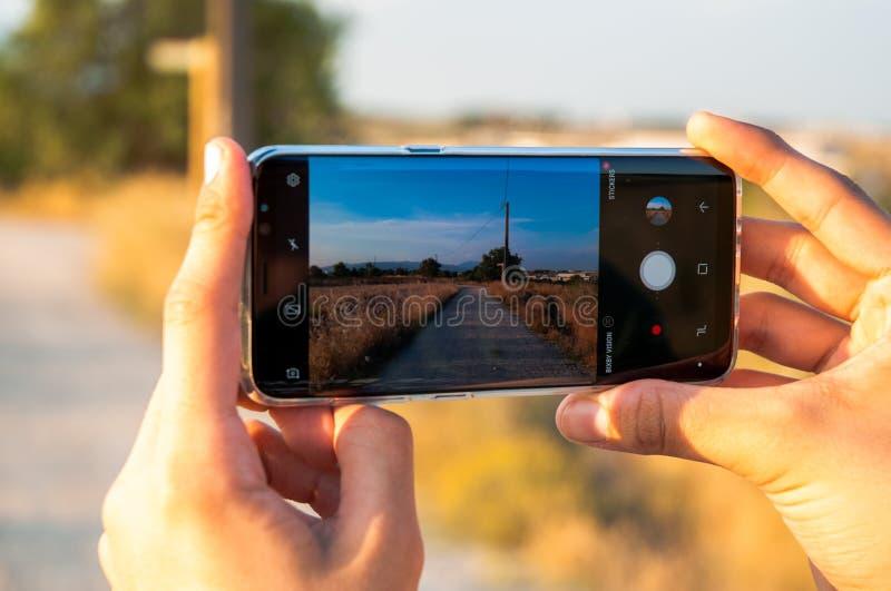 拍与手机的人一张照片 库存图片