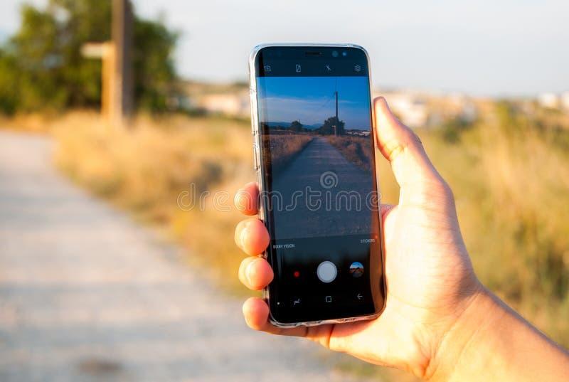拍与手机的人一张照片 图库摄影