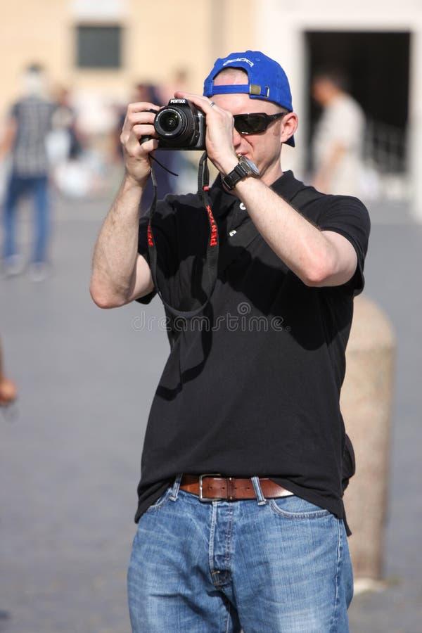拍与数字照相机的旅游人一张照片 免版税库存图片