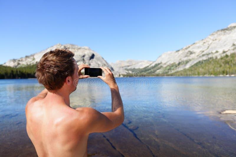 拍与智能手机的流动摄影师照片 免版税库存图片