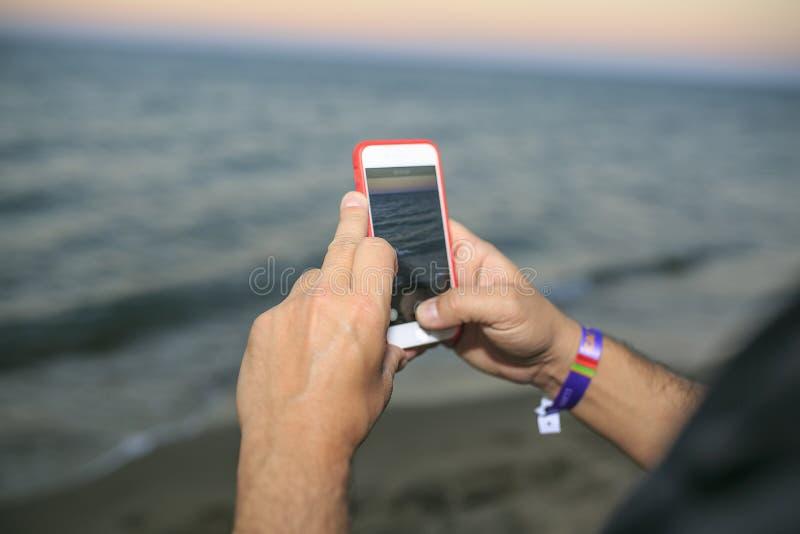 拍与机动性的海滩的人照片 库存图片