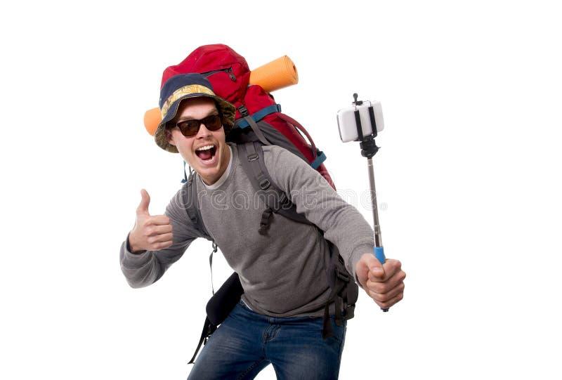 拍与棍子运载的背包的年轻旅客背包徒步旅行者selfie照片准备好冒险 免版税库存照片