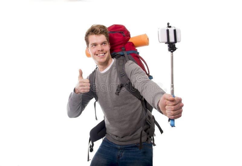 拍与棍子运载的背包的年轻atractive旅客背包徒步旅行者selfie照片准备好冒险 库存图片