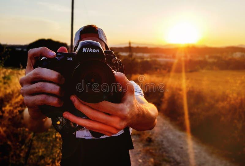 拍与照相机的人一张照片 库存照片