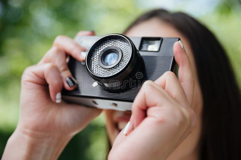 拍与照相机的女孩的特写镜头画象照片 库存图片