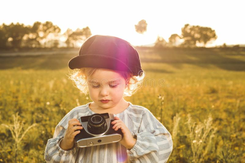 拍与照相机的女孩的画象照片 儿童使用的概念 免版税库存图片