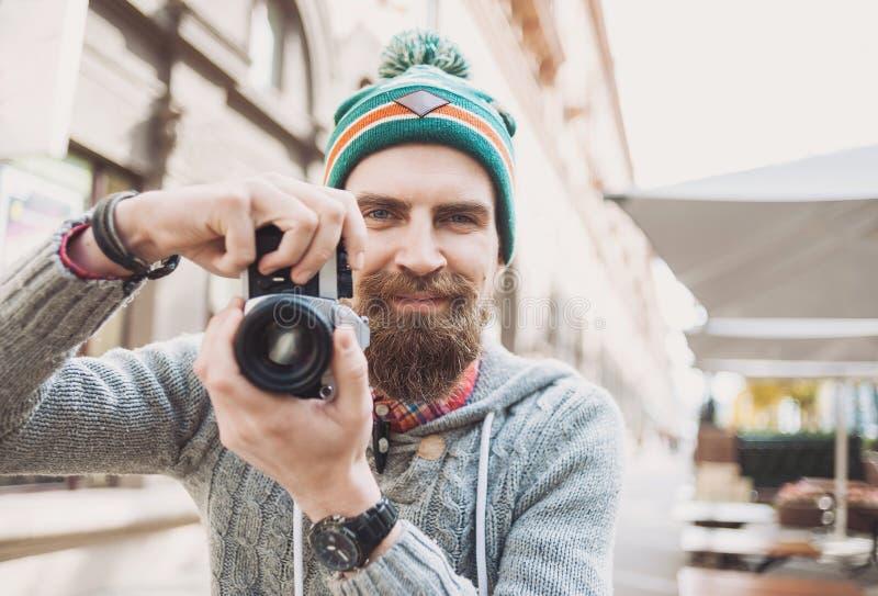 拍与照相机的年轻快乐的人摄影师照片 库存照片