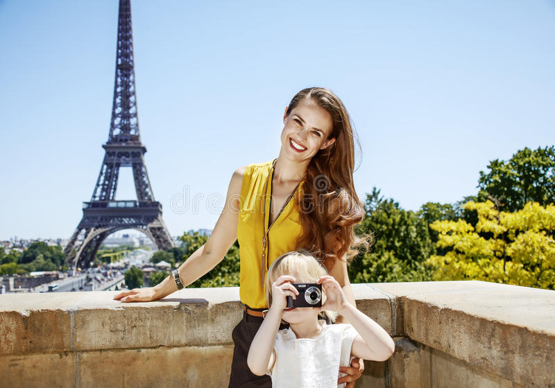 拍与照相机的母亲和女儿照片在巴黎,法国 库存照片