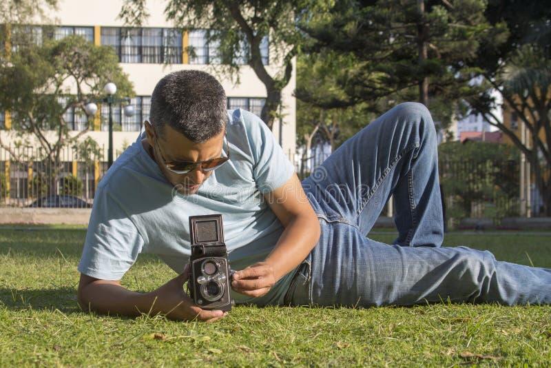 拍与老照相机的人照片 免版税库存照片