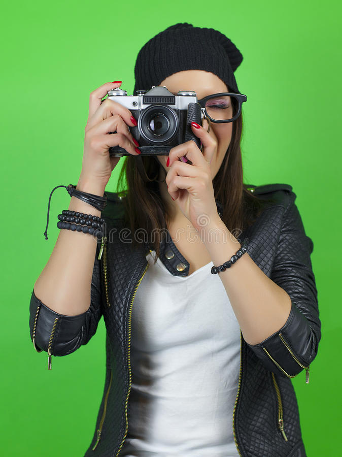 拍与老葡萄酒照相机的行家女孩一张照片 库存图片