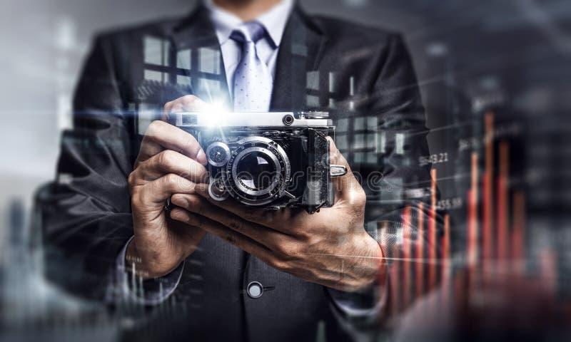 拍与葡萄酒照相机的商人照片 混合画法 免版税库存照片