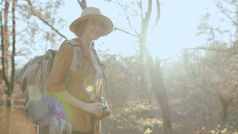 拍与葡萄酒照相机阳光旅行女孩春天有吸引力的乐趣摄影的画象愉快的妇女照片 免版税库存图片