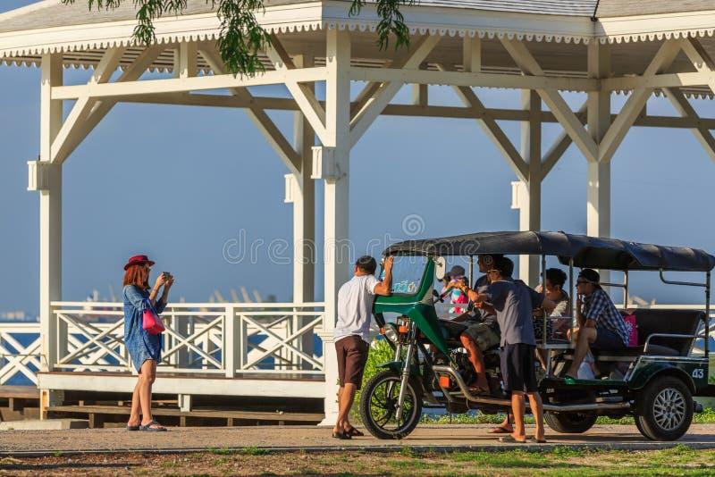 拍与Tuk-tuk的照片在Asdang桥梁旁边 图库摄影