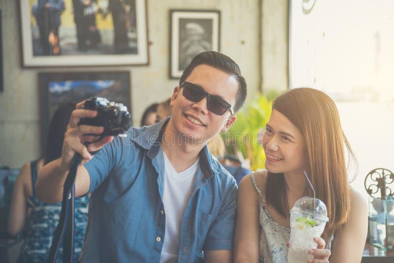 拍他们的照片的年轻夫妇由照相机 免版税库存图片