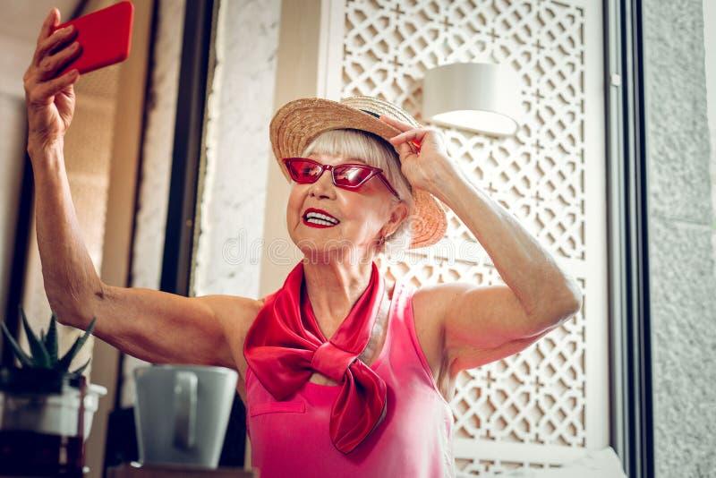 拍伟大的照片的快乐的好年长妇女 免版税库存照片