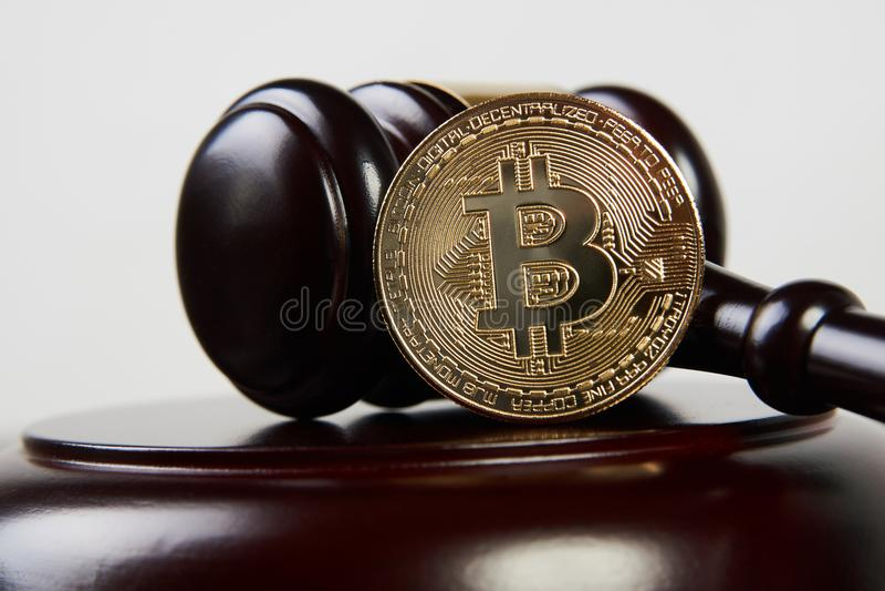 拍卖惊堂木和bitcoin cryptocurrency 免版税库存图片